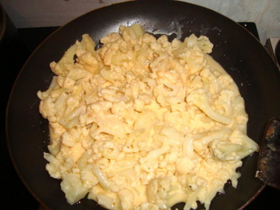 Sakuļ trīs olas kopā ar skābo krējumu (var izmantot arī sald...