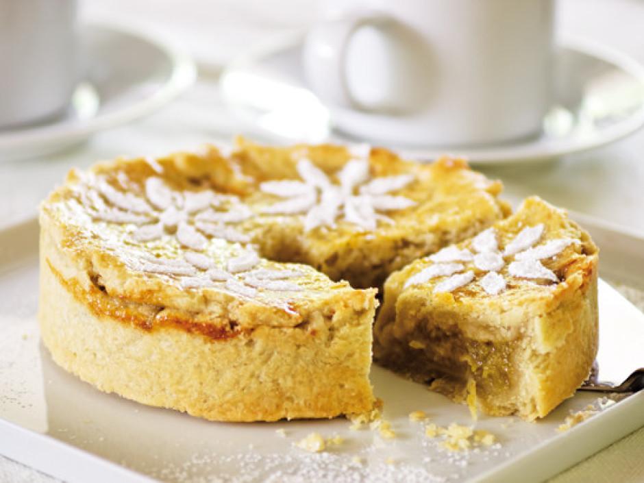 Atdzesētu kūku dekorē ar pūdercukura, kakao vai kanēļa ziedl...