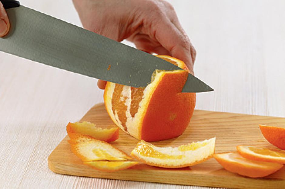 Apelsīnam nogriež abus galus tiktāl, līdz atsegts ir apelsīn...