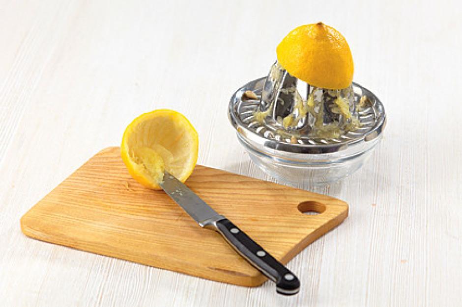 Citronus pārgriež uz pusēm un izspiež sulu. Ar mazu un asu n...