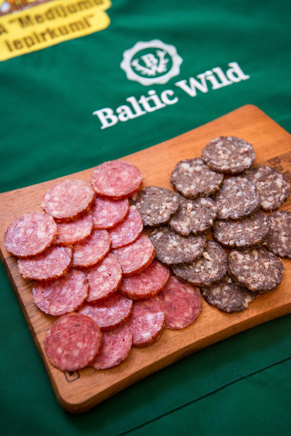 Ērti un viegli sagriež šķēlītēs medījumu gaļas izstrādājumus...