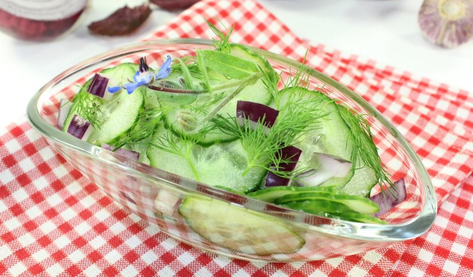 Gardie gurķu un sīpolu salāti