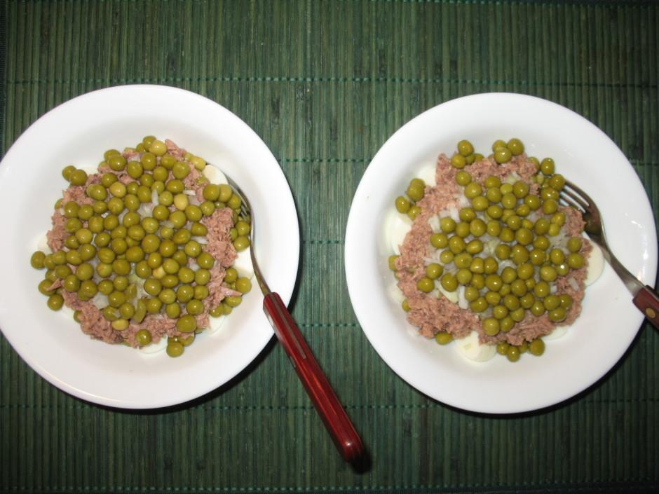 Uzber atlikušo sīpolu un zirnīšus un salāti gatavi! :)  La...