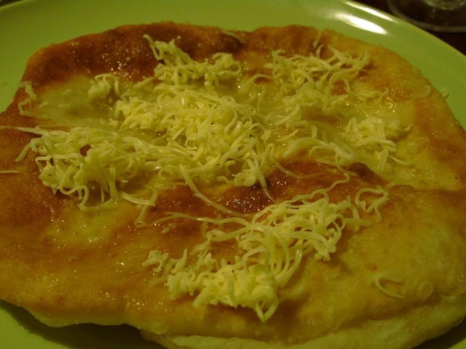 Pārkaisa ar sieru. Ja kadam ir vēlēšanās - uzpilina pāris pi...