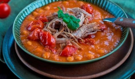 Nedaudz pikanta tomātu-turku zirņu zupa ar cūkgaļas cepeti