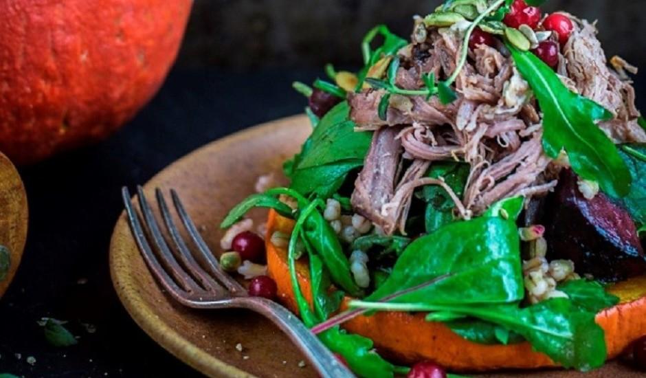 Liellopa gaļas salāti ar grauzdētu ķirbi un bietēm