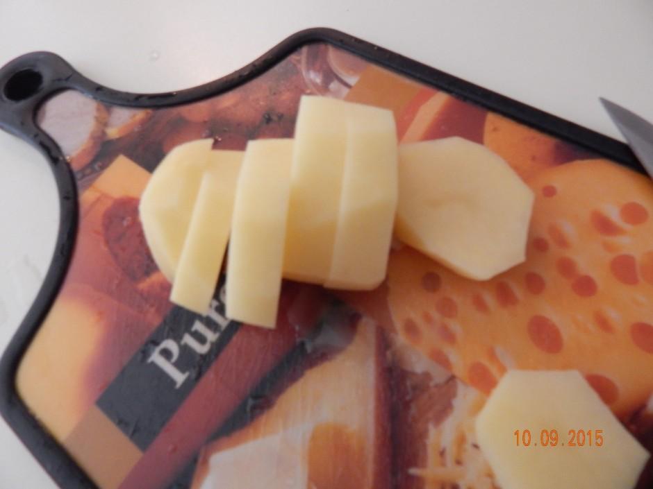 Nomizo un sagriežam kartupeļus šķēlītēs (apmēram 1 cm biezum...