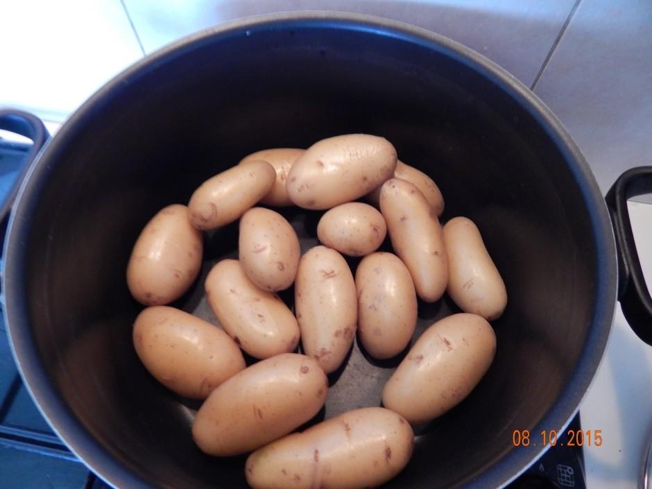 Novāra mazus kartupeļus ar mizu (ir labi, ja ir čeri kartupe...