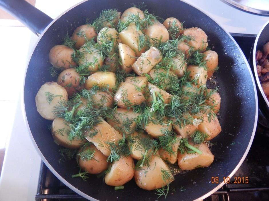 Kartupeļus liek uz pannas ar izkausētu sviestu un apcep. Ka...