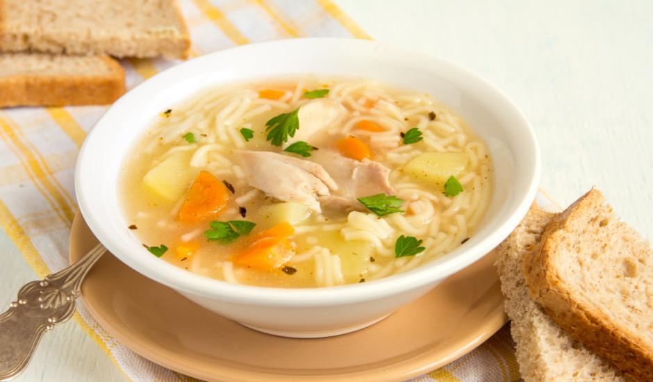 Vienkāršā vistas zupa ar makaroniem un dārzeņiem