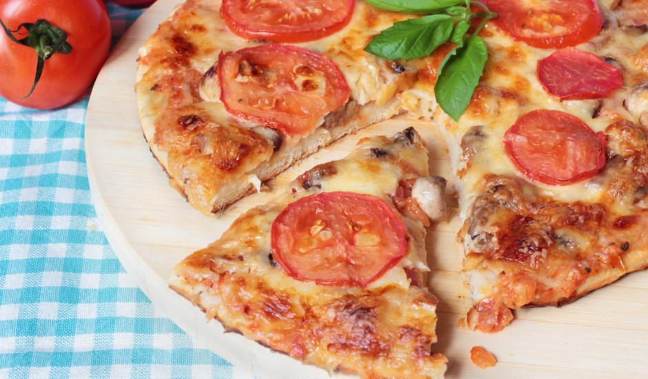Pica ar šampinjoniem un tomātiem