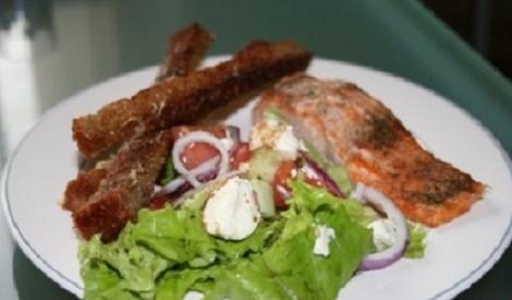 Lasis ar lielajiem siera grauzdiņiem un zaļajiem salātiem
