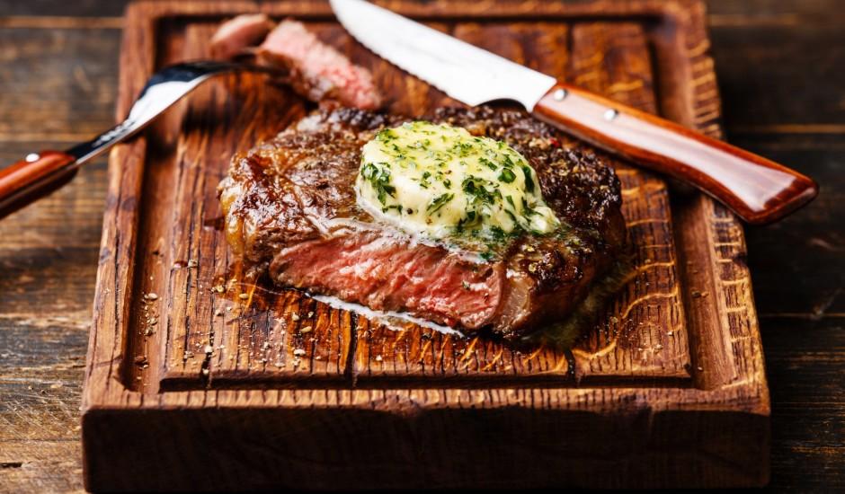Sarkanvīna steiks ar zaļumu sviestu