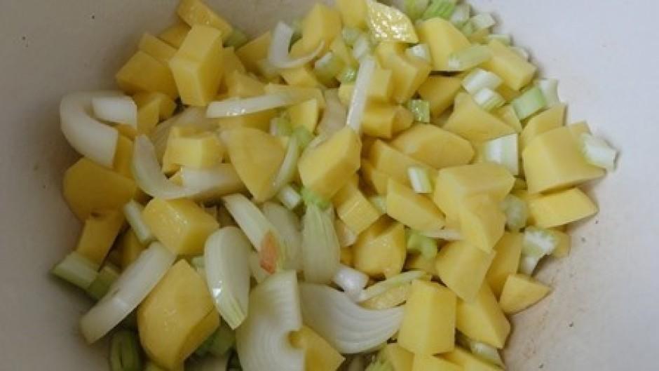 Sagriež seleriju, sīpolus un kartupeļus un apcep katlā kur v...