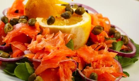 Kūpināta laša salāti ar kaperiem