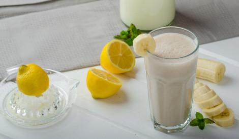 Banānu, citrona un piena dzēriens