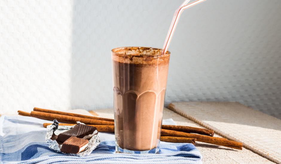Šokolādes saldējuma kokteilis ar vīnogu sulu