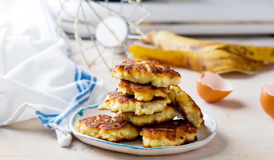 Auzu pārslu un biezpiena pankūkas ar zemesriekstu sviestu un banāniem
