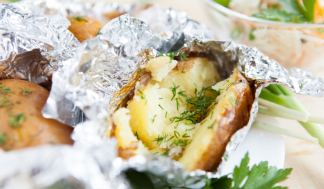 Kartupeļi ar zaļumiem cepti cepeškrāsnī