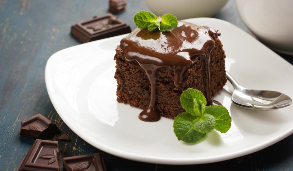 Vienkāršā tumšās šokolādes kūka
