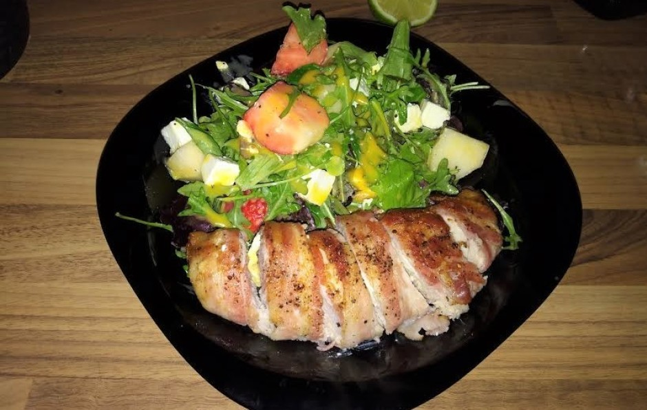 Lai labi garšo!asniedz ar svaigiem salātiem.  Lai labi gar...