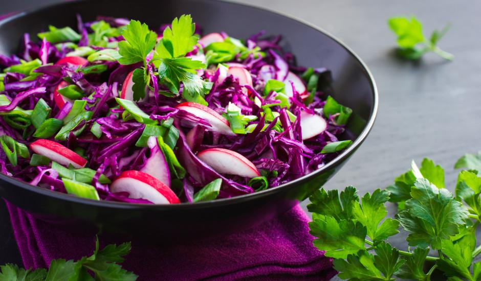 Sarkano kāpostu salāti ar redīsiem