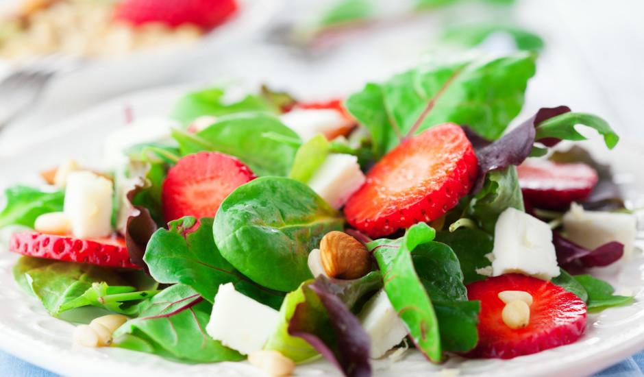 Spinātu salāti ar zemenēm un Fetas sieru