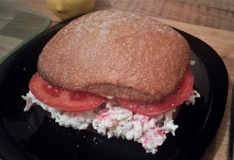Tad liek tomāta šķēles, pārkaisa ar pipariem, tad otru maizī...