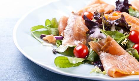 Kūpināta laša salāti