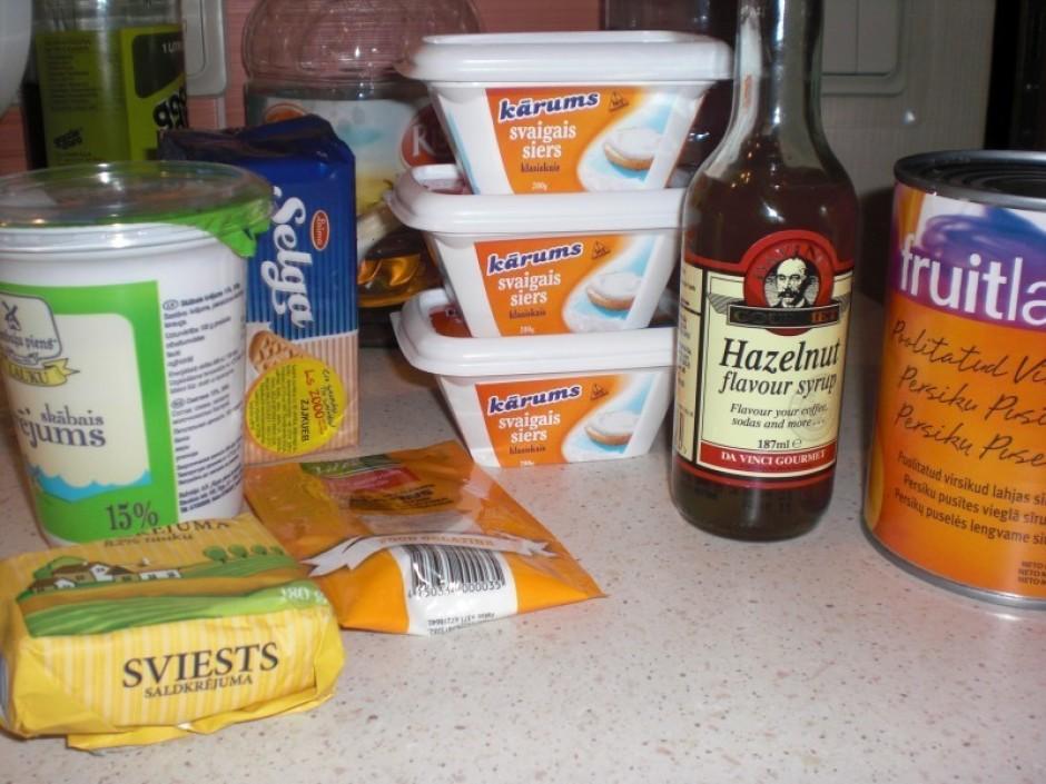 Sagatavo nepieciešamos produktu kūkas pagatavošanai.