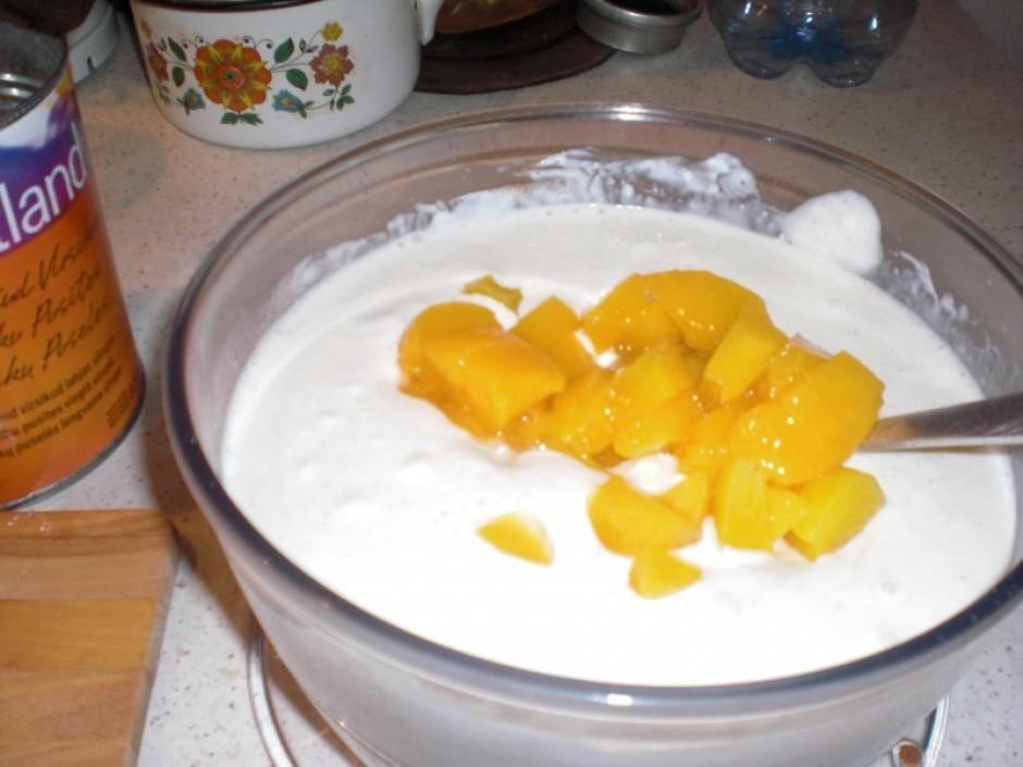 Svaigo sieru sajauc ar krējumu, cukuru vai sīrupu, kanēli, v...