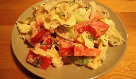 Ķīnas kāpostu un dārzeņu salāti ar krējumu