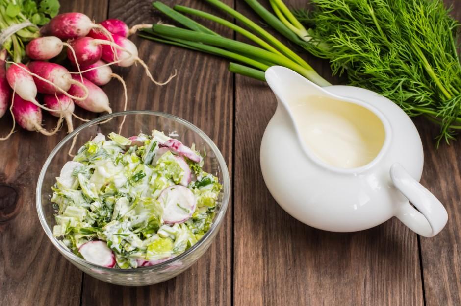 Spinātus, ledus salātus un citus zaļumus sīki sagriež un saj...