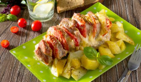 Cūkgaļas kakla karbonādes cepetis ar tomātiem un sieru