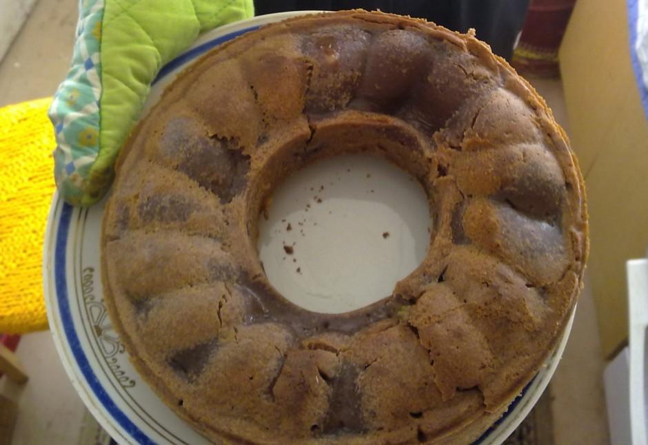 Atdzesētu biskvītu izņem no formas, noņemt papīru un pārgrie...