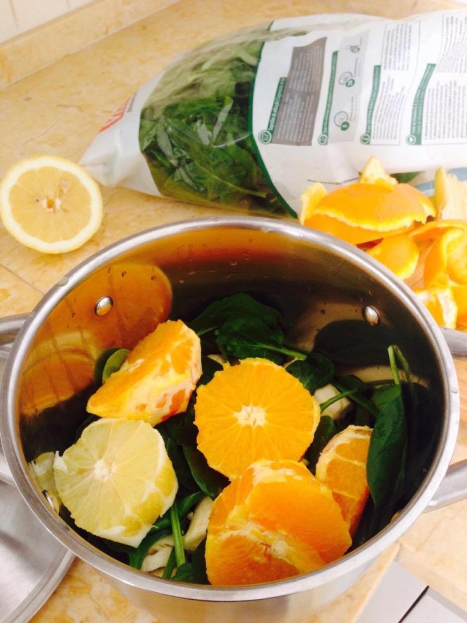 Nomizo apelsīnu,citronu, banānu, sagriež nelielos gabalos.