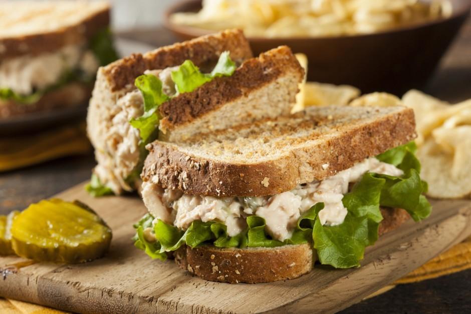Liek uz maizes šķēles salātlapu, virsū liek sagatavoto tunča...