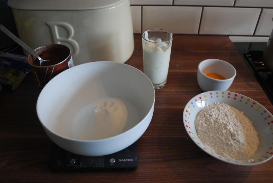 Kūka: olas dzeltenumu sakuļ ar cukuru, pievieno krējumu un s...
