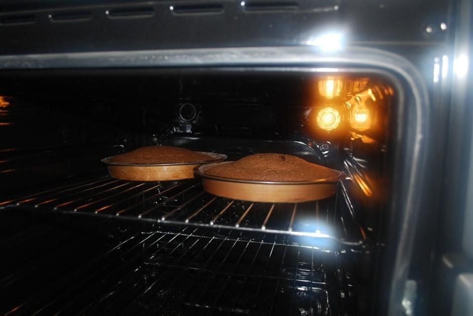 Lej kūkas formiņā un cep, aptuveni  190 grādu temperatūrā, l...