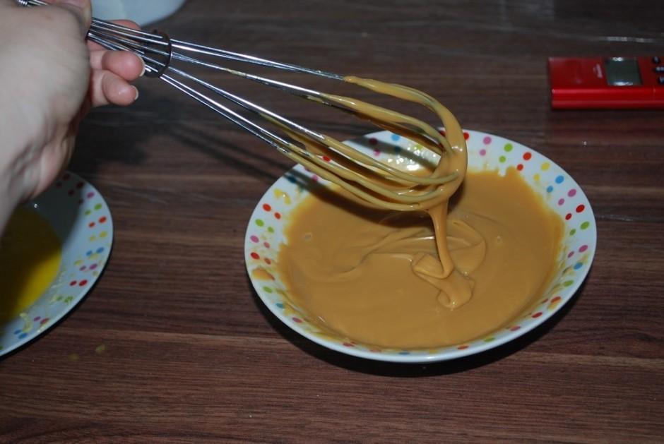 Maisa, kamēr veidojas viendabīga spīdīga masa.