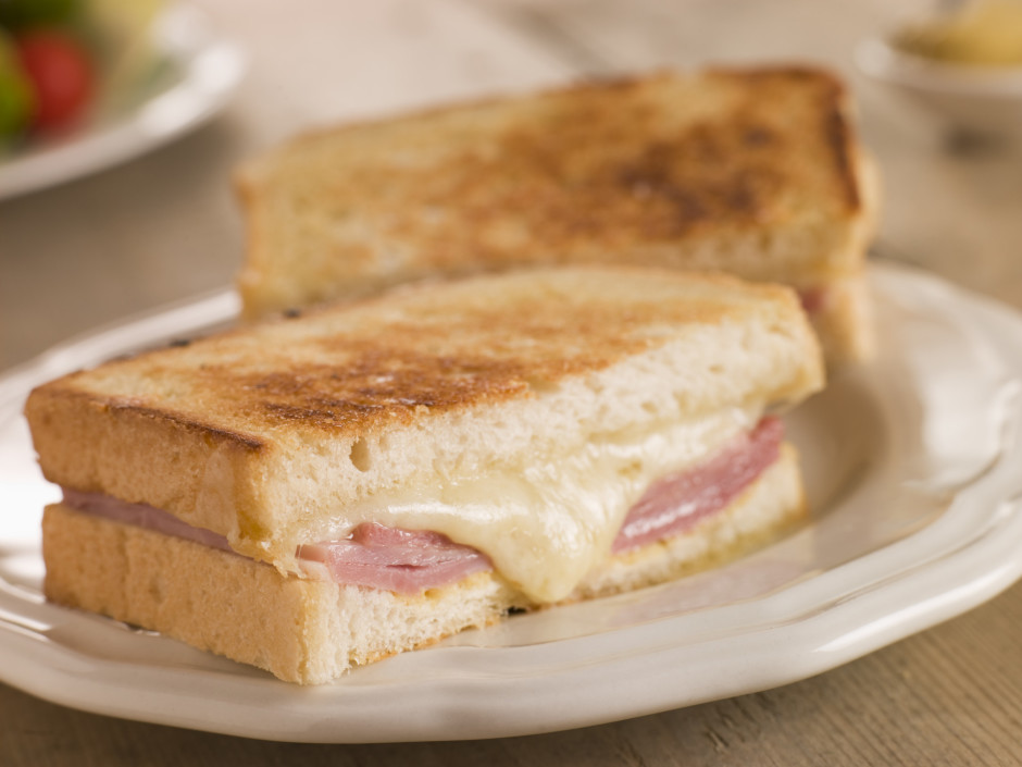 Apgrauzdē sviestmaižu tosterī vai pannā mazā tauku daudzumā...