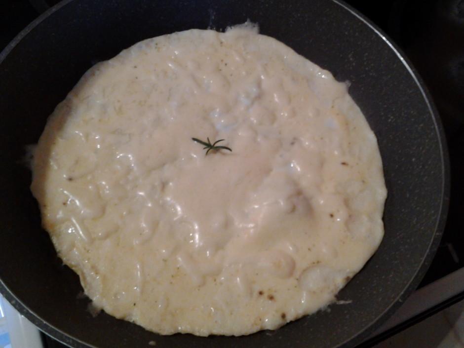 Uzkarsē pannu un lej olu masu uz tās. Omleti cep 6 min. uz l...