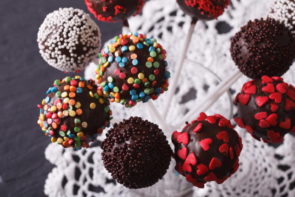 Atliek tikai šīs bumbiņas iemērkt izkausētajā šokolādē un ap...