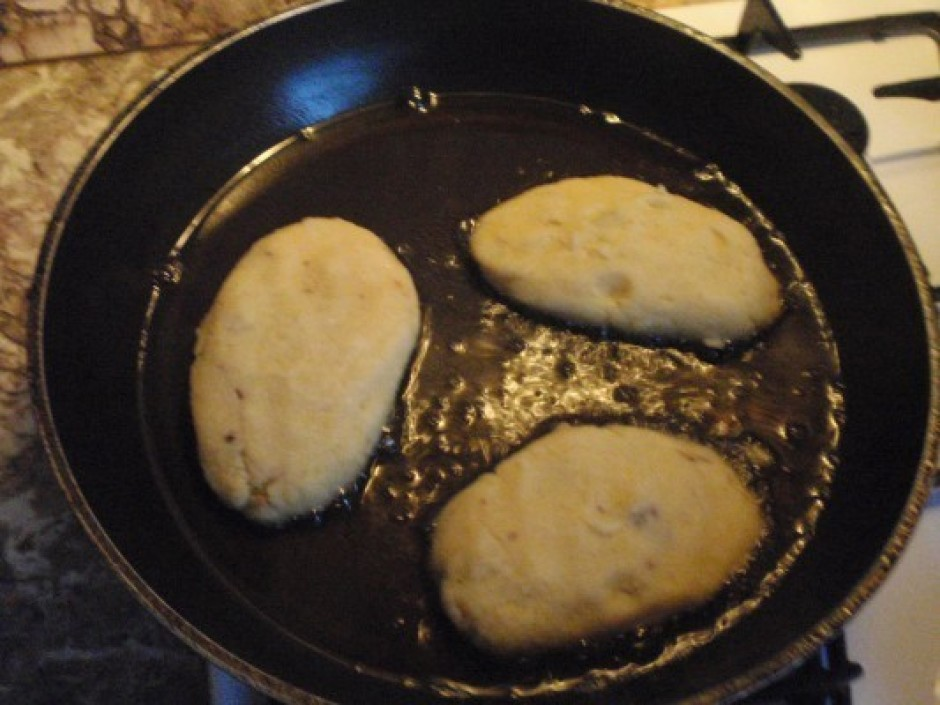 Sagatavotos plācenīšus apcep uz pannas, lai kartupeļi kļūst...