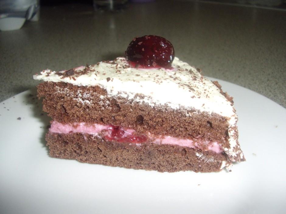 Pēc tam kārta dekorēšanai. Kūku apsmērē ar atlikušo putukrēj...