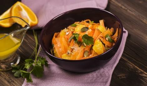 Burkānu - apelsīnu salāti ar saulespuķu un ķirbju sēklām