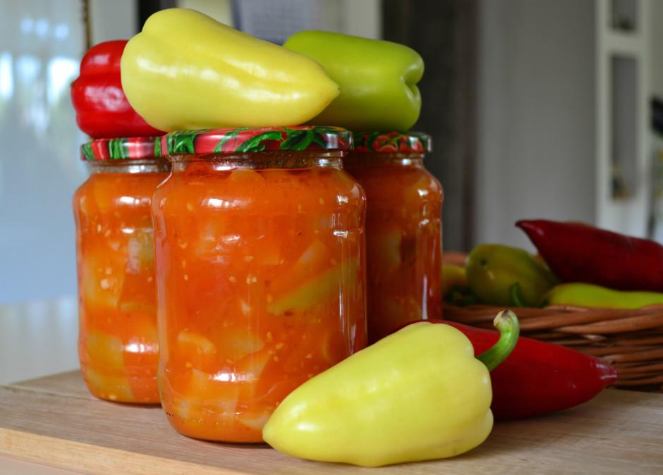 Sīpolus ar burkāniem sautē, tad papriku, tad tomātus kopā sa...