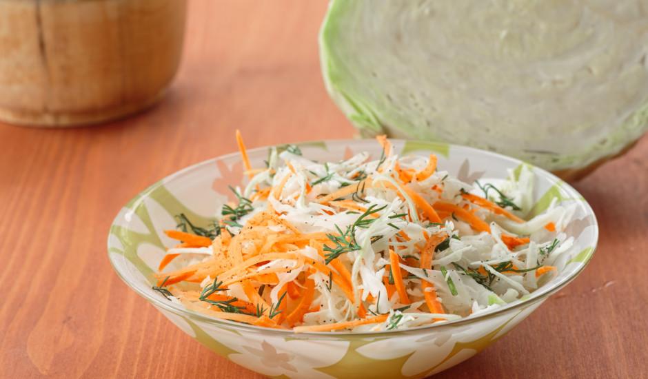 Svaigu kāpostu un burkānu salāti