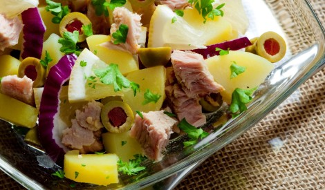 Tunča salāti ar kartupeļiem un olīvām