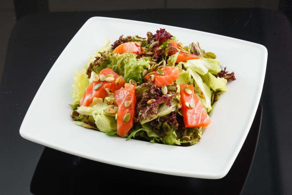Lasi, salātus un sēklas liek vienā bļodā, pārber ar pipariem...